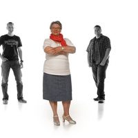Alte Frau in farbe mit zwei Männern in schwarz/weiß