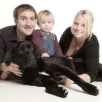 Liegende Familie mit Hund
