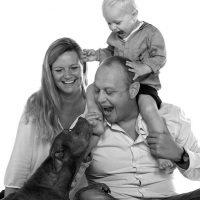Familie mit Baby und Hund