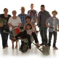 Große Familie mit Gartenequitment