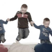 Drei springende Jungen
