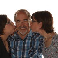 Mann bekommt von zwei Frauen rechts und links ein Küsschen
