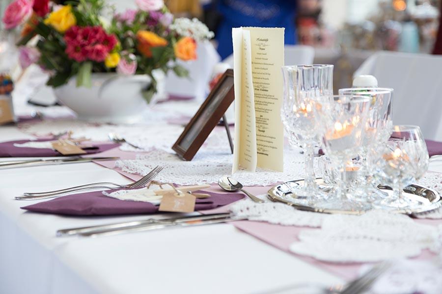 Tischdekoration auf Hochzeitsfeier