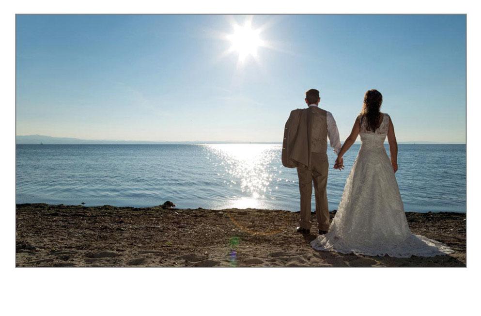 Braut und Bräutigam betrachten den Bodensee
