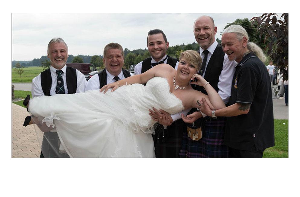 5 Hochzeitsgäste nehmen die Braut auf die Arme