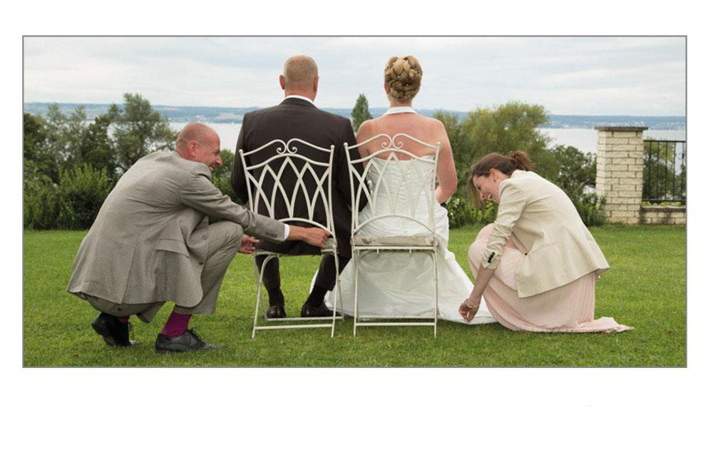 Trauzeugen richten die Kleidung des Brautpaars