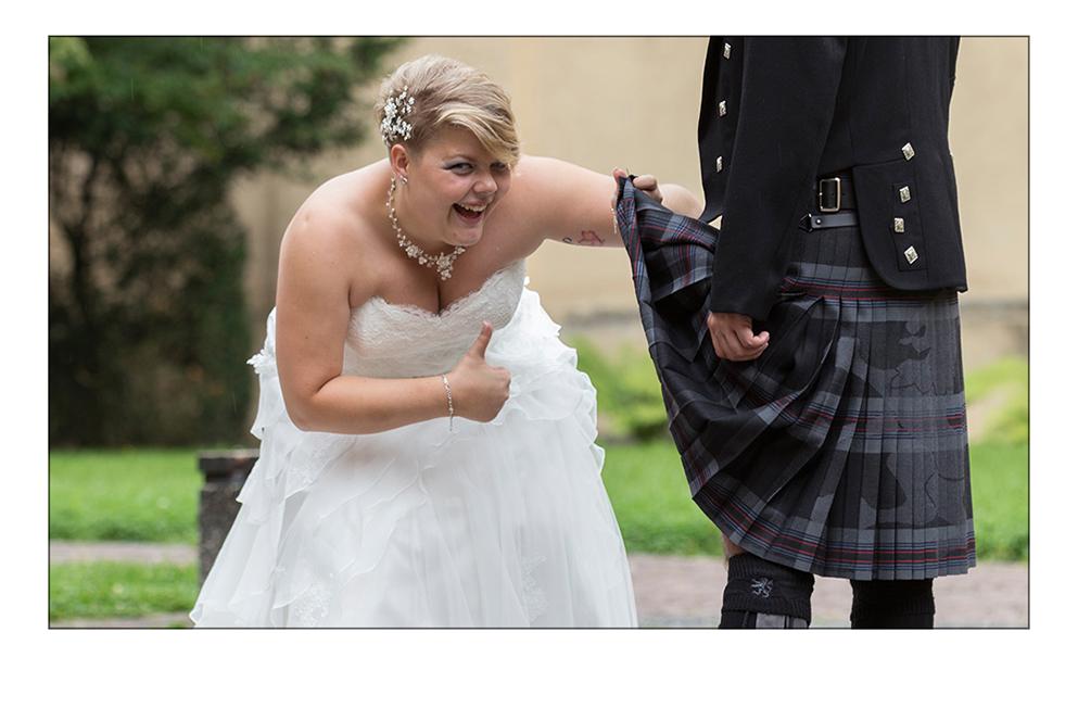 Braut schaut unter den Schottenrock