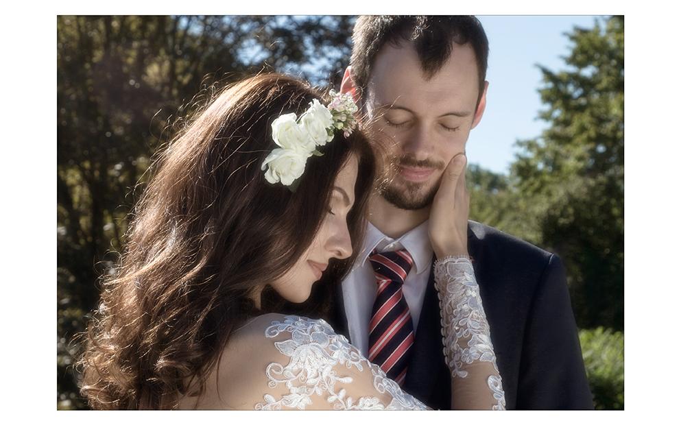 Glückliches Brautpaar mit geschlossenen Augen