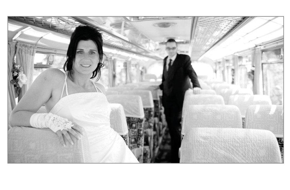 Brautpaat in nostalgischem Bus