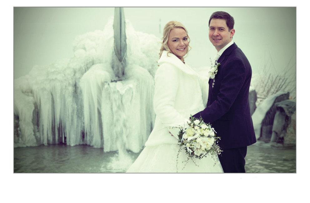 Brautpaar vor vereistem Brunnen
