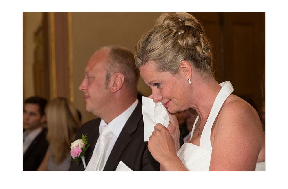 Braut mit Tränen bei der standesamtlichen Trauung