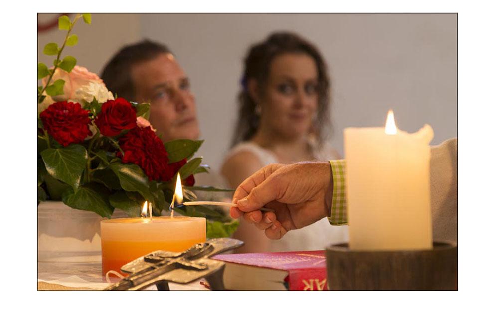 Hochzeitskerze in der Kirche wird angezündet