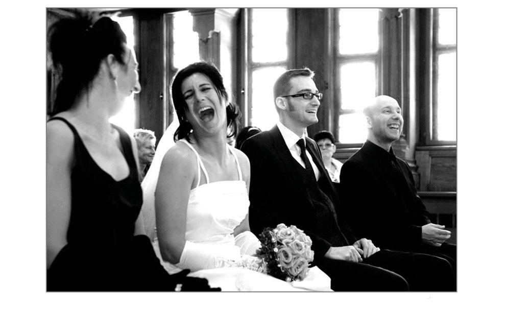 Lachende Braut auf dem Standesamt