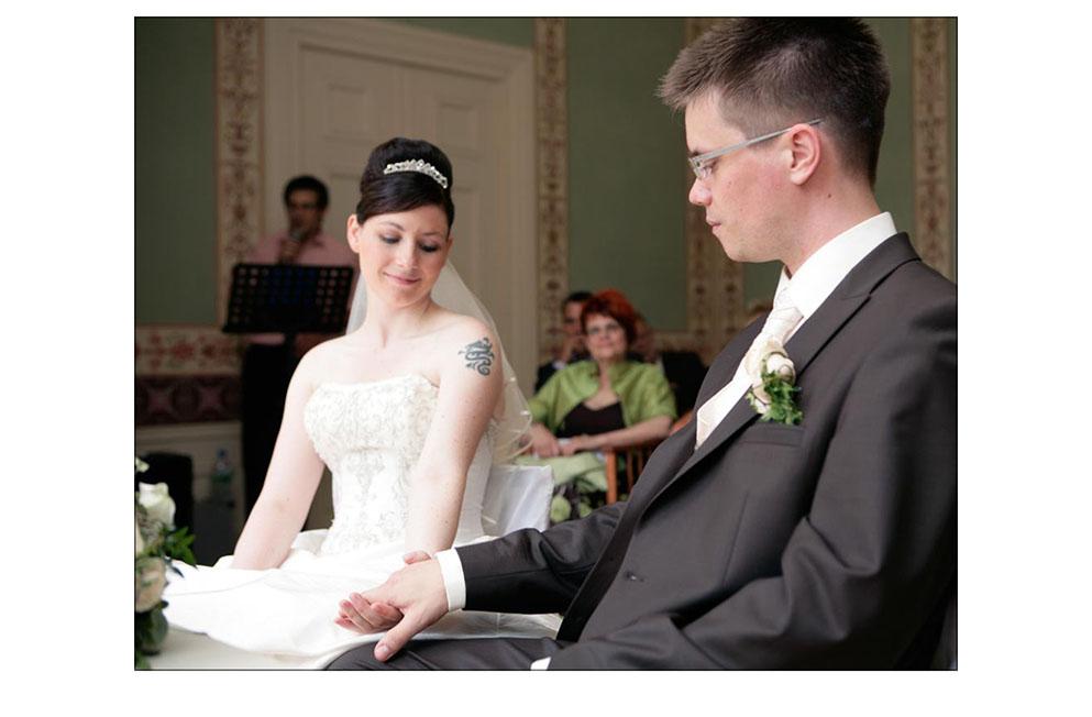 Inniges Paar bei der standesamtlichen Trauung