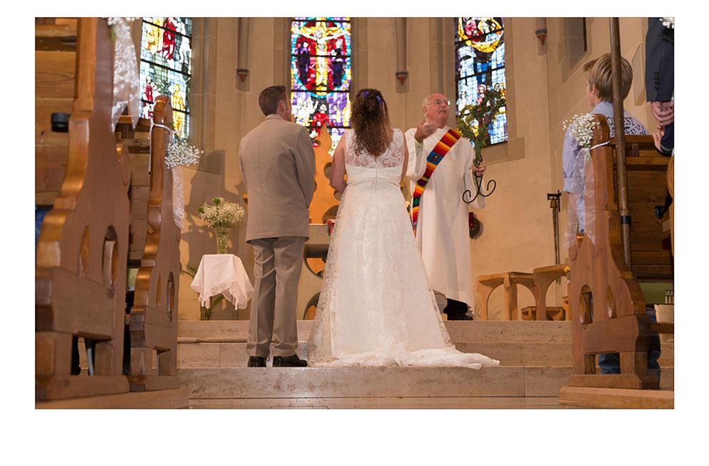 Brautpaar von hinten in der Kirche